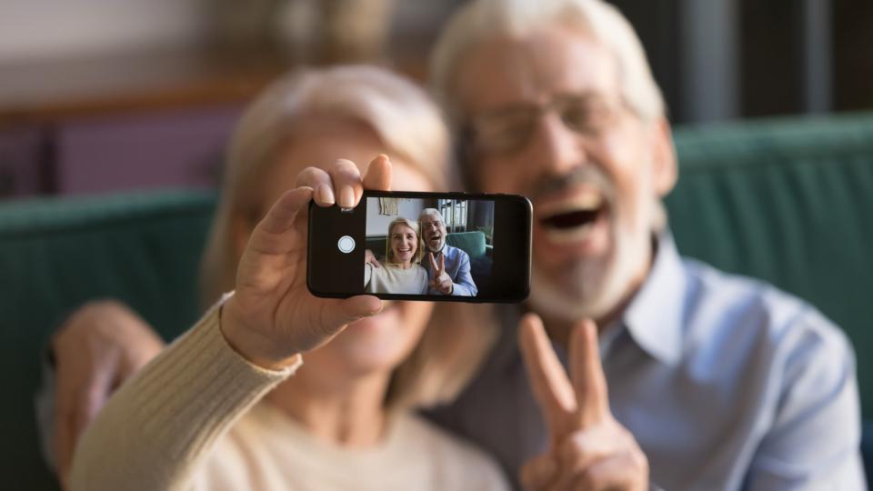 Как выбрать телефон для пожилого человека