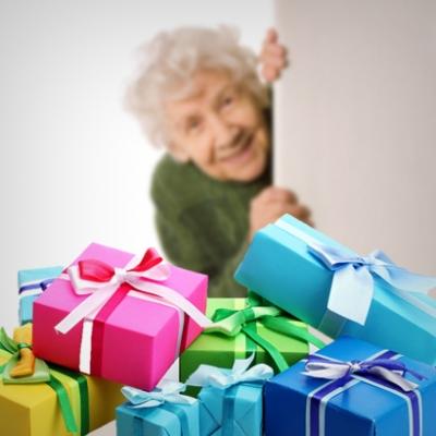 Что можно подарить пожилому человеку